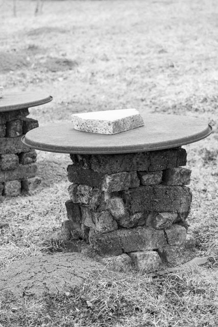 Im Naturschutzgebiet Schollenmühle wird demonstriert, wie früher Torf gestochen und gelagert wurde